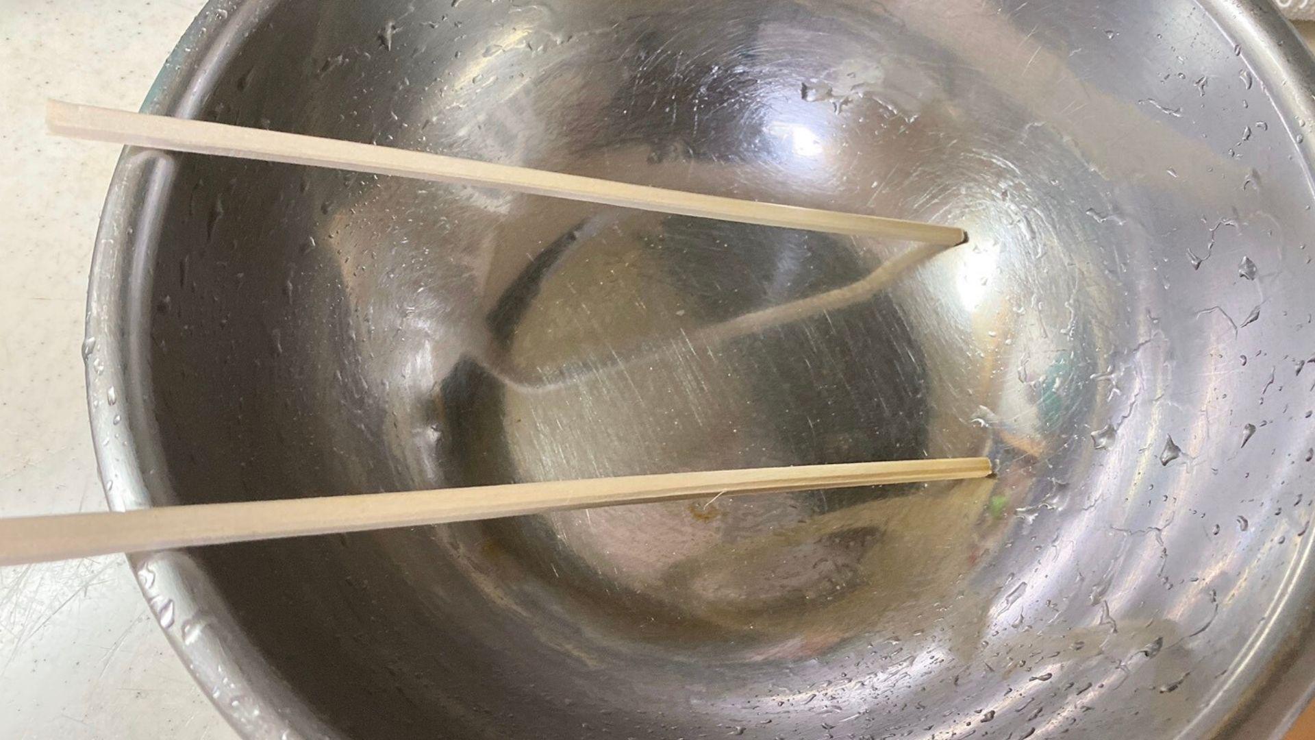ボール又は洗面器に斜めに割りばしを置く
